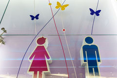 Roliga wc-toalettsymboler - toaletttecken på offentlig flygplats Arkivbilder