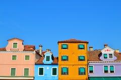 Roliga Windows uppställd i Venedig Arkivbild