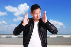 Roligt asiatiskt le för omslag för läder för mankläder royaltyfri bild