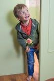 Roligt barn med en blomma Royaltyfri Fotografi