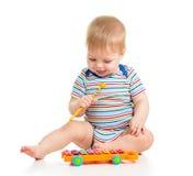 Roligt barn som leker med musikaliska toys Royaltyfria Bilder