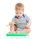 Roligt barn som leker med musikaliska toys på vitbackgr Arkivbild
