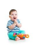 Roligt barn som spelar med musikaliska leksaker Arkivbild
