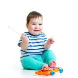 Roligt barn som spelar med musikaliska leksaker Royaltyfria Foton