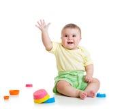 Roligt behandla som ett barn att spela med isolerade leksaker Arkivbilder