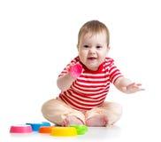 Roligt behandla som ett barn att spela med leksaker, medan sitta på golv, Royaltyfri Fotografi