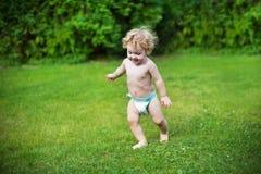 Roligt behandla som ett barn bärande blöjaspring i trädgården Royaltyfri Foto