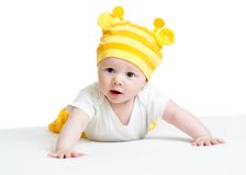 Roligt behandla som ett barn den weared hatten som ligger på buken Arkivbilder