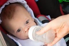 Roligt behandla som ett barn dricksvatten arkivbild
