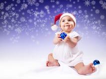 Roligt behandla som ett barn flickan i santas hatt Royaltyfri Foto