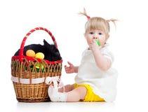 Roligt behandla som ett barn flickan med påskkaninen i korg Arkivfoto