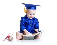 Roligt behandla som ett barn i studenthatt med boken Arkivbild