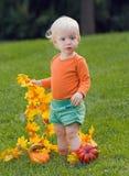 Roligt behandla som ett barn med pumpor halloween Fotografering för Bildbyråer