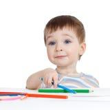 Roligt behandla som ett barn pojketeckningen med färgblyertspennor Royaltyfria Bilder