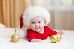 Roligt behandla som ett barn weared i jultomtenhatt Arkivbild