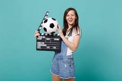Roligt blinkande favorit- lag för kvinnafotbollsfanservice med fotbollbollen, klassisk svart film som gör clapperboard arkivfoton