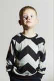 Roligt chockframsidabarn i tröja barntrend pojke little sinnesrörelse Arkivbild