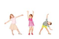 Roligt dansa för små ungar Isolerat på vit Royaltyfri Foto