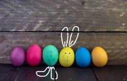 Roligt easter ägg för två på trätabellen lyckliga easter Royaltyfri Bild