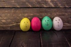 Roligt easter ägg på trätabellen lyckliga easter Arkivfoto