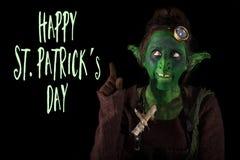 Roligt elakt troll som visar till dagen för St PatrickÂ'sen för text den lyckliga Royaltyfri Fotografi