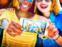 Roligt förbindande Selfie för olika sommarvänner begrepp royaltyfri fotografi