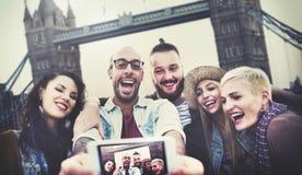 Roligt förbindande Selfie för olika sommarvänner begrepp royaltyfri foto
