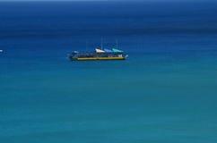 Roligt fartyg som svävar i det hawaianska havet royaltyfria foton