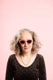 Definition för kick för rolig bakgrund för kvinnastående rosa verkligt folk arkivfoton