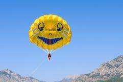 roligt hoppa fallskärm att le Royaltyfria Foton