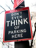 Roligt inget parkeringstecken: Tänk inte ens av att parkera här. 5th ave Royaltyfri Foto