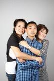roligt krama som är threesome arkivbild