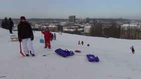 Roligt kullefolk för vinter lager videofilmer