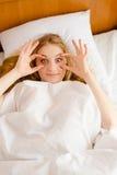 Roligt kvinnligt försöka till wakeup som öppnar henne ögon Arkivbilder