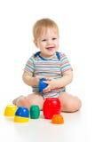Roligt litet barn som leker med toys Arkivfoton