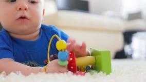 Roligt litet barn som spelar med leksaker vid hemmet lager videofilmer