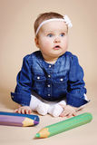 Roligt litet litet barn med stora blyertspennor Arkivbild
