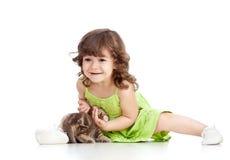Roligt lyckligt barn som leker med kattkattungen royaltyfria foton