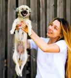 roligt lyckligt för gullig hund henne ögonblickskvinna Arkivbild