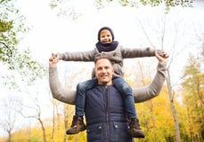 roligt lyckligt för höstfamiljfokus ha manparken Royaltyfri Fotografi