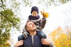 roligt lyckligt för höstfamiljfokus ha manparken Arkivfoto