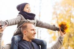 roligt lyckligt för höstfamiljfokus ha manparken Arkivfoton