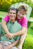 roligt lyckligt för par ha att krama som är moget Fotografering för Bildbyråer