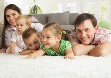 roligt lyckligt ha för familj arkivfoto