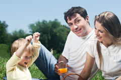 roligt lyckligt ha för familj utomhus Fotografering för Bildbyråer