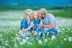 roligt lyckligt ha för familj utomhus Stående av den lyckliga familjen i lyckligt folk för bygd som bär utomhus jeans som tycker  Royaltyfri Fotografi