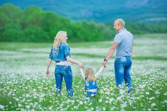 roligt lyckligt ha för familj utomhus Stående av den lyckliga familjen i lyckligt folk för bygd som bär utomhus jeans som tycker  Royaltyfria Foton