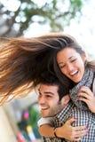 roligt lyckligt ha för par utomhus Royaltyfri Foto