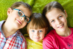 roligt lyckligt ha ungar Arkivfoton