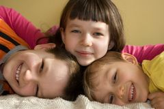 roligt lyckligt ha ungar tre Royaltyfri Fotografi